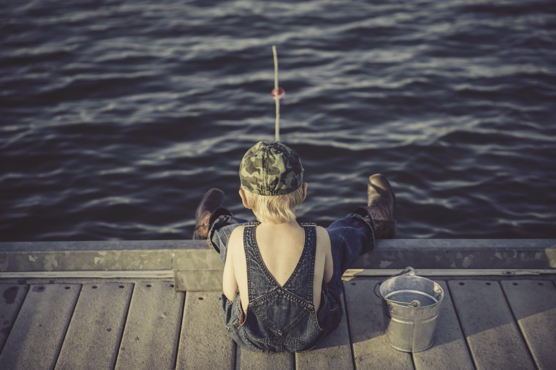 chłopiec-łowi-ryby