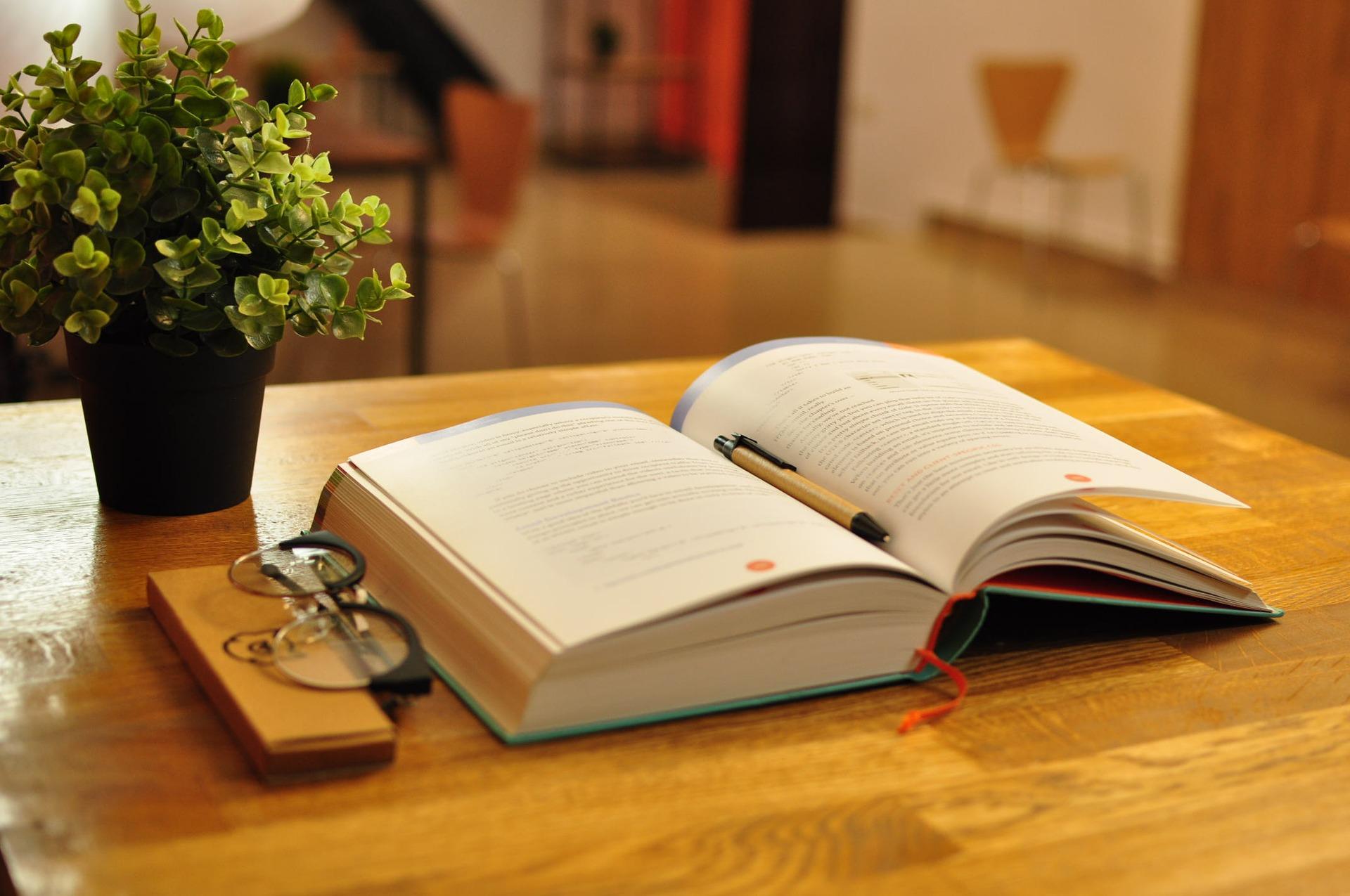 otwarta książka w bibliotece