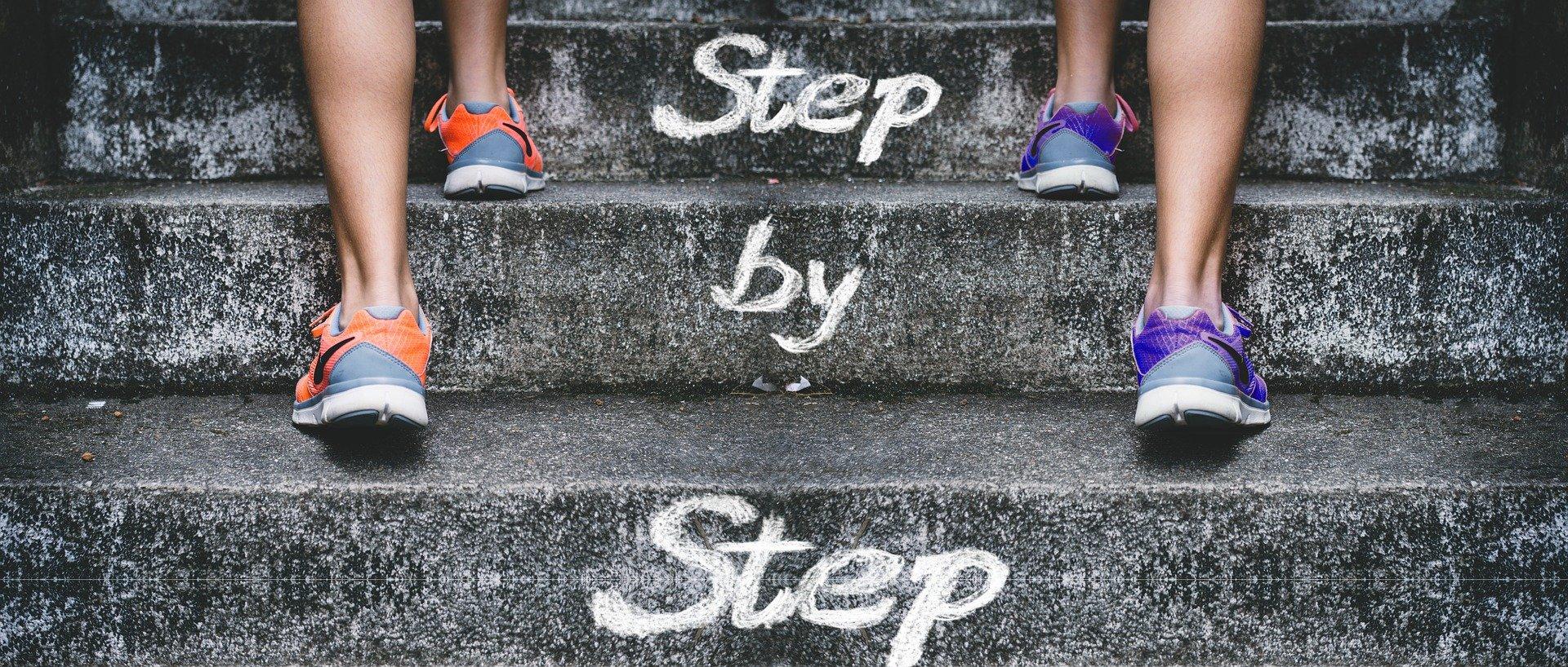 schody z motywującym hasłem