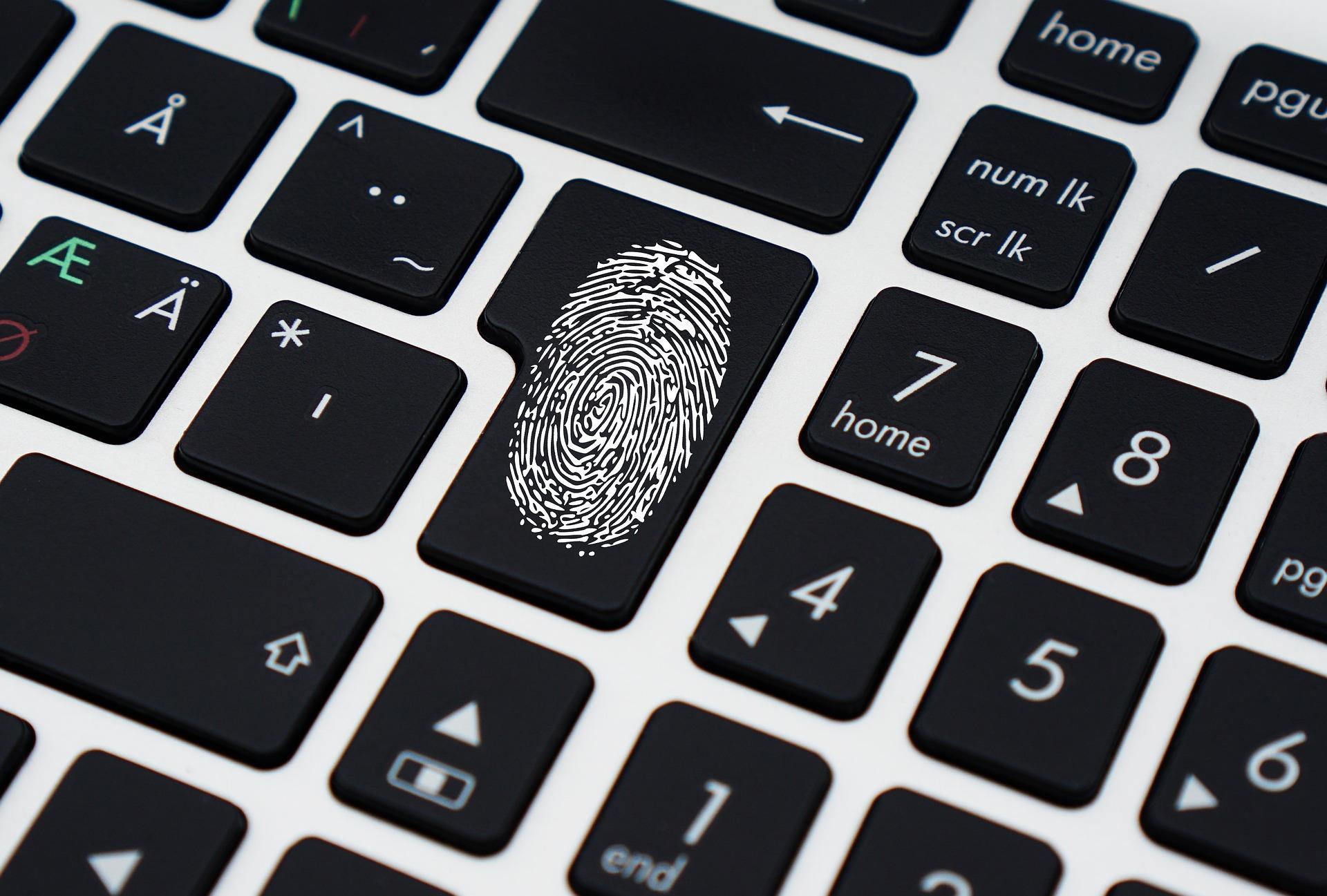 bezpieczeństwo danych w sieci, odcisk palca na klawiaturze