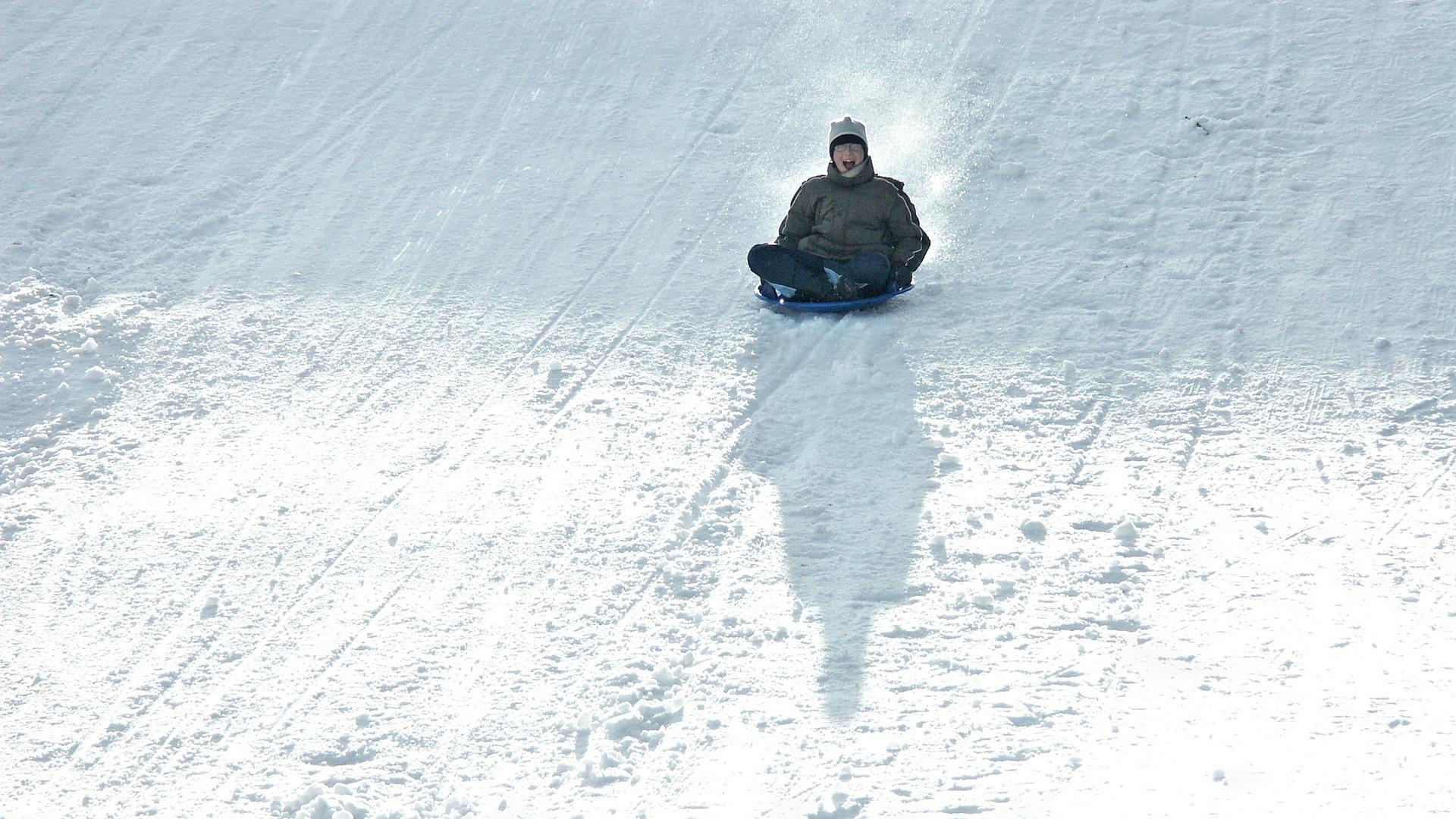zima - zjazd na sankach z górki