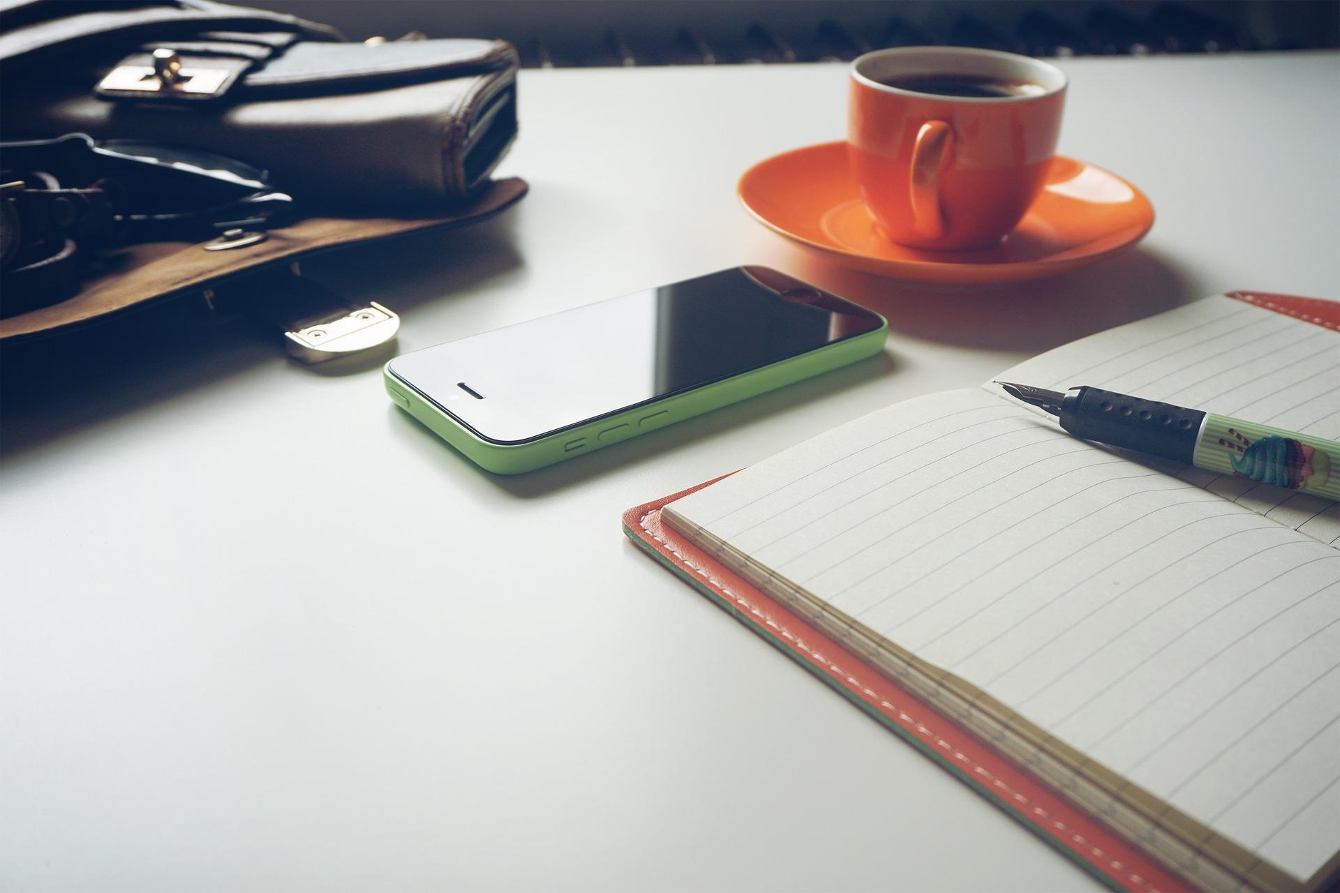 praca nad projektem - notatki, kawa, telefon